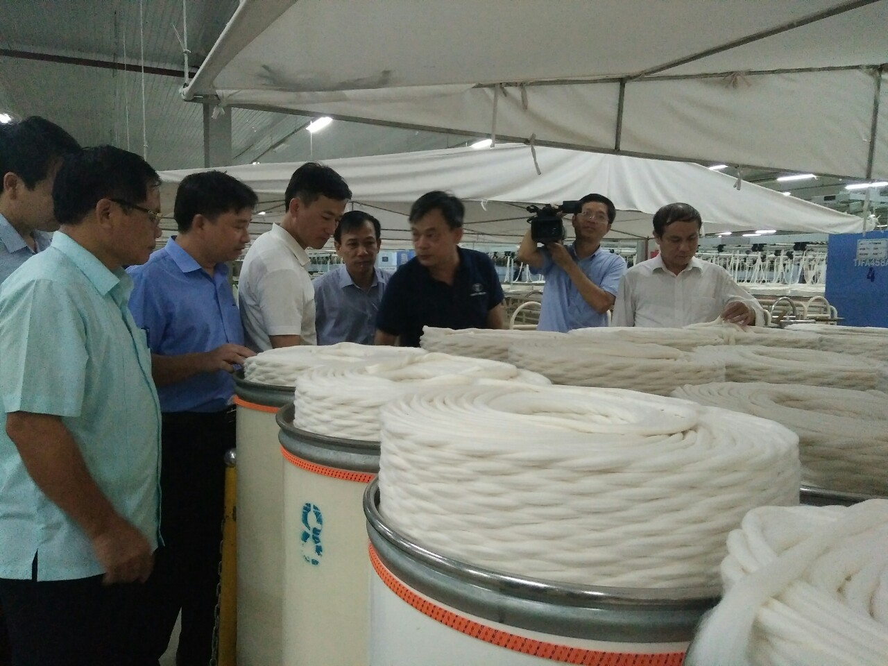 Các đại biểu tham quan tại Công ty cổ phần Vinatex Hồng Lĩnh