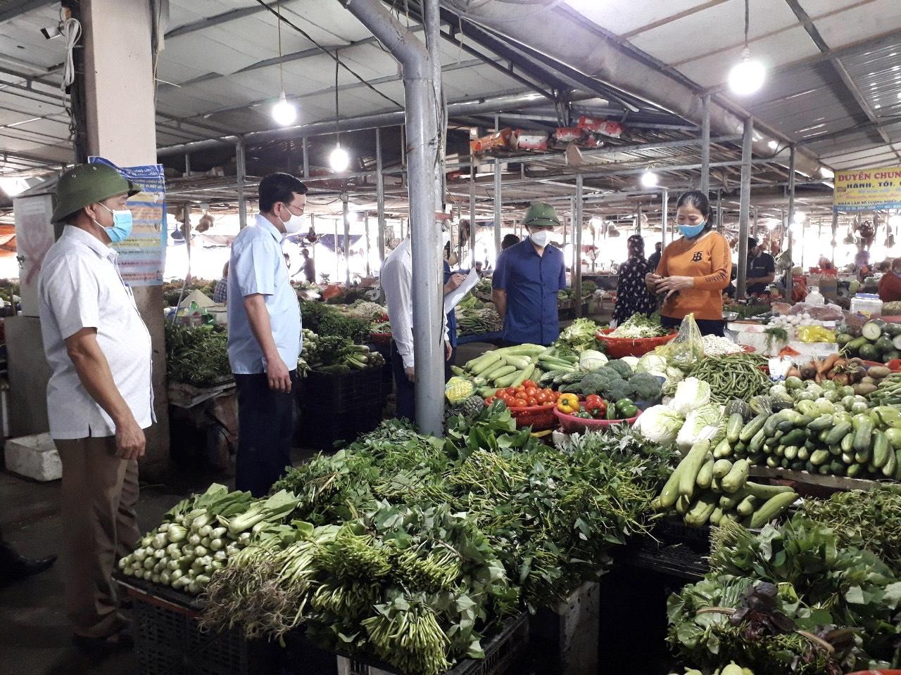 Qua kiểm tra thực tế tại TTTM Hồng Lĩnh các hàng hóa nhu yếu phẩm đa dạng...
