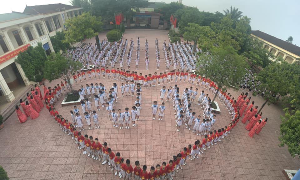 Màn đồng diễn của học sinh và giáo viên Trường TH Nam Hồng nhân ngày PNVN 20/10