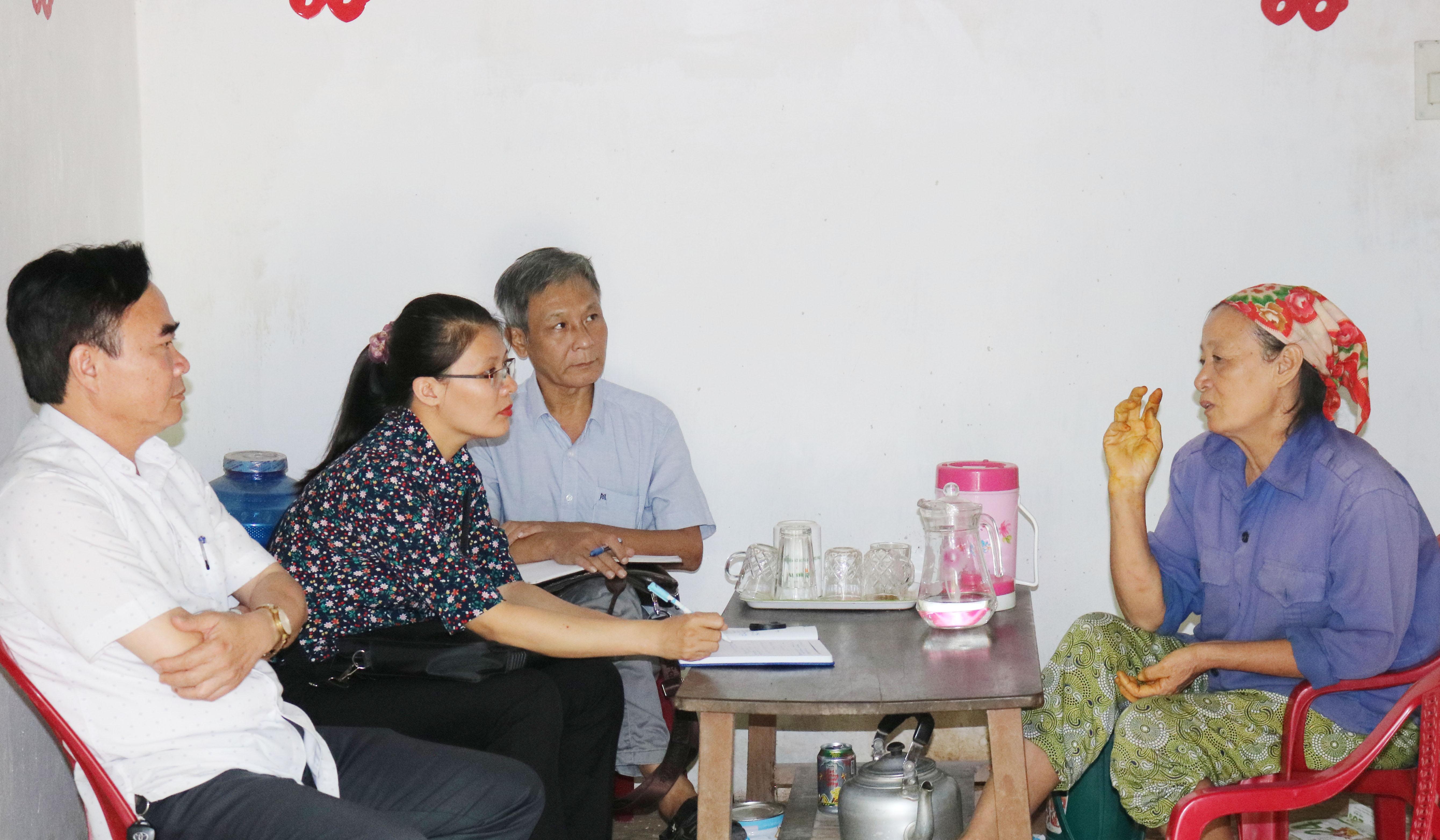 Đoàn giám sát gặp gỡ, trao đổi với người thu gom rác ở phường Bắc Hồng