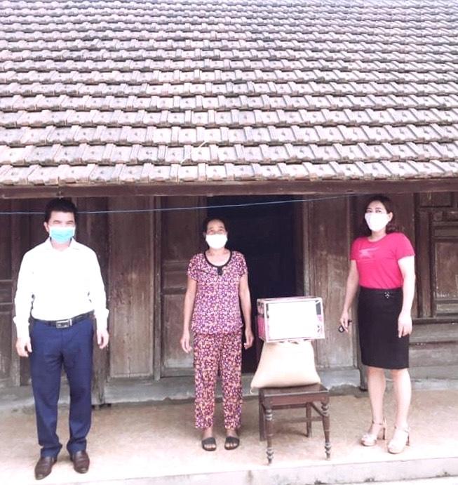 Trường THCS Đức Thuận trao 10 suất quà cho các gia đình có hoàn cảnh dặc biệt khó khăn trong đại dịch Covid -19