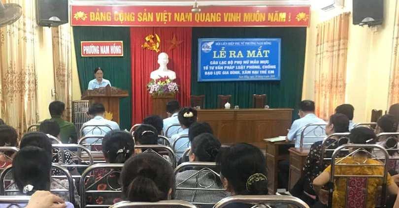 """Ra mắt câu lạc bộ """"Phụ nữ mẫu mực"""" và tổ tư vấn pháp luật về phòng chống bạo lực và xâm hại trẻ em ở phường Nam Hồng"""