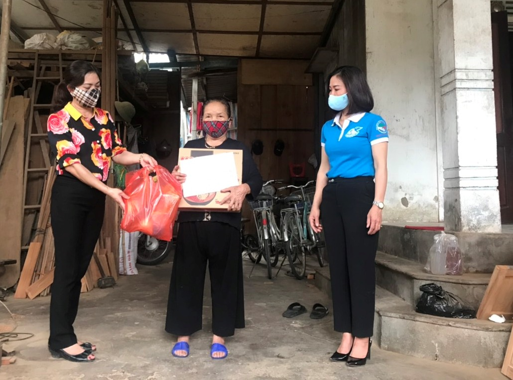 Hội LHPN phường Bắc Hồng trao 35 suất quà cho hội viên phụ nữ nghèo, khó khăn, ốm đau, mẹ già neo đơn trong mùa