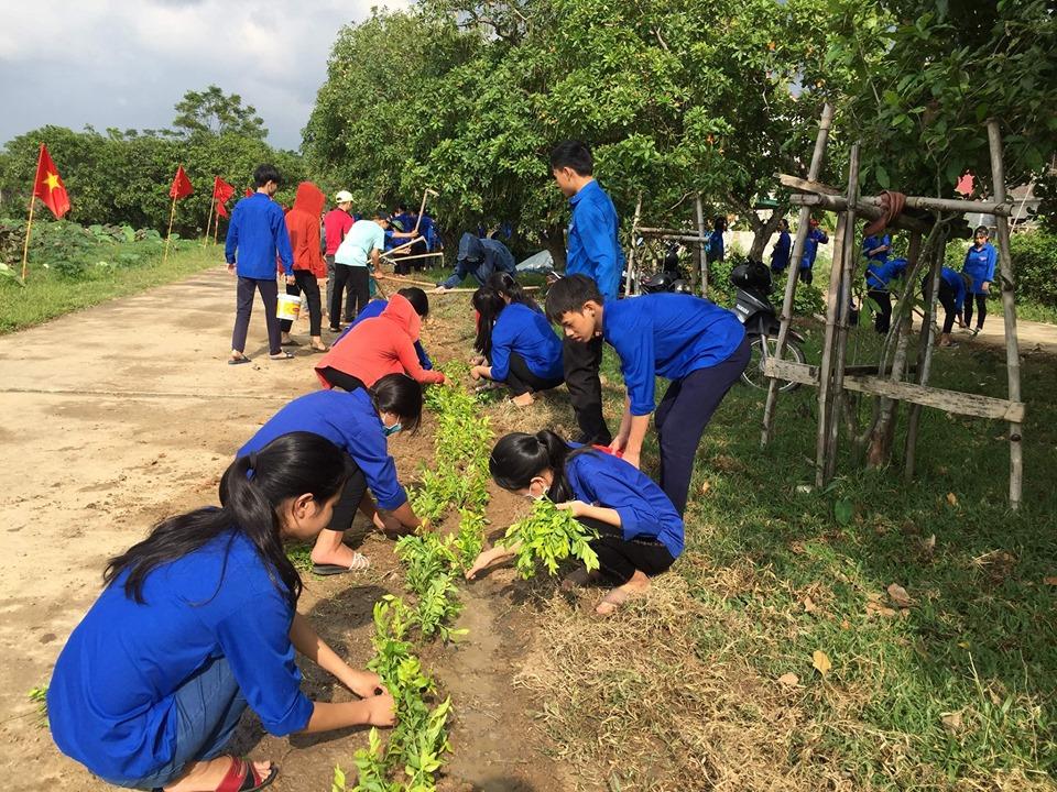 ĐVTN ra quân làm tuyến đường hoa tại xã Thuận Lộc
