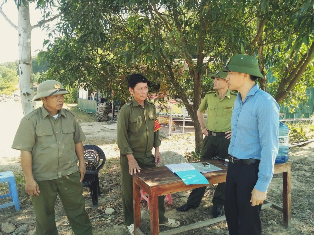 Đồng chí Lê Văn Bình - PCT UBND thị xã kiểm tra công tác phòng cháy chữa cháy rừng.